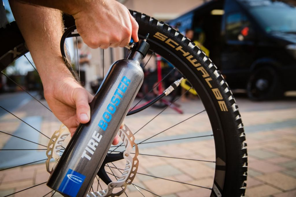Schwalbe presenta Tire Booster per un montaggio tubeless immediato