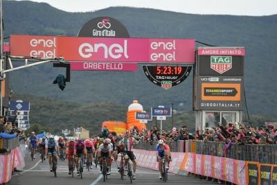 Giro d'Italia, terza tappa: Elia Viviani declassato, vince Gaviria